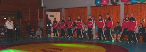 Mannschaft mit Kampfrichter vor dem Wettkampfanpfiff